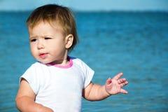 T-shirt de port de bébé sur la plage image stock