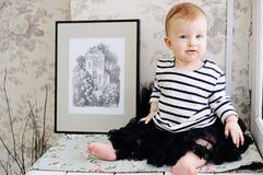 T-shirt de port de rayure de fille drôle d'enfant en bas âge Images stock