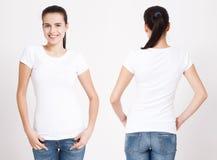 T-Shirt Design und Leutekonzept - nah oben von der jungen Frau im leeren weißen T-Shirt Spott des sauberen Hemds oben für Designs Stockfotografie