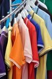 T-shirt in diverse kleur Stock Foto