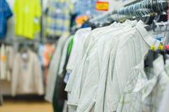 T-shirt do ósmio da variedade em carrinhos no supermercado Foto de Stock Royalty Free