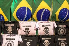 t-shirt do apoio Presidente-para eleger bandeiras de Jair Bolsonaro e de Brasil fotografia de stock
