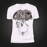 T-Shirt Druckdesign mit von Hand gezeichnetem mehendi Elefantkopf Ethnisches afrikanisches, indisch, Totem tatoo Design Stockfotografie