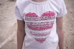 T-shirt em sua caixa com um coração delicado com muito Foto de Stock Royalty Free