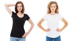 T-Shirt Entwurf und Leutekonzept - Abschluss oben junger Frau zwei im Schwarzweiss-T-Shirt des Hemdfreien raumes lokalisiert Mädc lizenzfreies stockfoto
