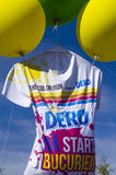 T-shirt gigante levantado por balões na corrida da cor  Fotos de Stock