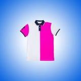 T-shirt masculino contra o fundo do inclinação Imagens de Stock Royalty Free