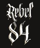 T-shirt rebelde com rotulação gótico da caligrafia, projeto esboçado tirado mão Vetor Foto de Stock
