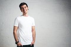 T-shirt vazio branco vestindo de sorriso à moda do homem, parafuso prisioneiro horizontal Foto de Stock