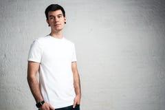 T-shirt vazio branco vestindo do homem na moda à moda, studi horizontal Fotos de Stock Royalty Free