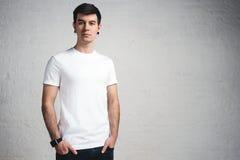 T-shirt vazio branco vestindo do indivíduo novo à moda, estúdio horizontal Imagem de Stock Royalty Free