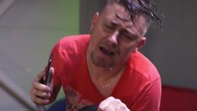 T-shirted het uiterst uitgeputte het zweten rood mensenlooppas op tredmolen in gymnastiek stock footage