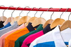 T-Shirts auf Aufhängern stockfotografie