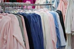 T-shirts coloré sur des cintres photo stock