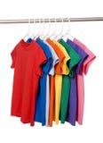 T-shirts colorés sur le blanc Photo stock