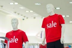 T-shirts de couleur avec le texte de vente sur des mannequins Photographie stock