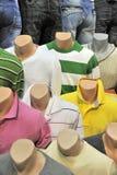 T-shirts en jeans voor verkoop stock afbeeldingen