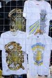 T-Shirts mit einem ukrainischen Dreizack an der Ausstellung Lizenzfreies Stockbild