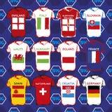 T-Shirts mit Flaggen Übergeben Sie gezogenes T-Shirt mit Flagge und Fußballmuster Set Markierungsfahnen Stockbild