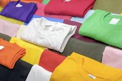 T-shirts multicolores Photo libre de droits