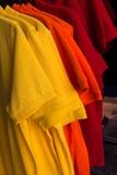 T-shirts op hangers. Royalty-vrije Stock Afbeeldingen