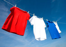 T-shirts rouges, blancs et bleus Images libres de droits