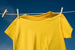 T-shirts sur une corde à linge Photo stock