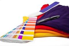 T-Shirts und Farbskala Lizenzfreie Stockfotografie