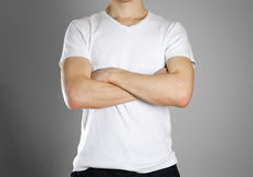 T-skjorta för manblankovit Grabben vek hans händer på hans ches arkivfoto