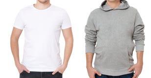 T-skjorta- och tröjamall Män i den vita tshirten och i grått hoody Bekläda beskådar Åtlöje som isoleras upp på vit bakgrund kopia arkivfoton