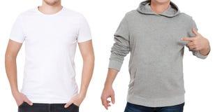 T-skjorta- och tröjamall Män i den vita tshirten och i grått hoody Bekläda beskådar Åtlöje som isoleras upp på vit bakgrund man arkivbilder