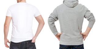 T-skjorta- och tröjamall Män i den vita tshirten och i grått hoody Tillbaka bakre sikt Åtlöje som isoleras upp på vit bakgrund ko arkivfoto