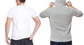 T-skjorta- och tröjamall Män i den vita tshirten och i grått hoody Tillbaka bakre sikt Åtlöje som isoleras upp på vit bakgrund ko royaltyfria foton