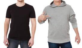 T-skjorta- och tröjamall Män i svart tshirt och i grått hoody Bekläda beskådar Åtlöje som isoleras upp på vit bakgrund man arkivbild