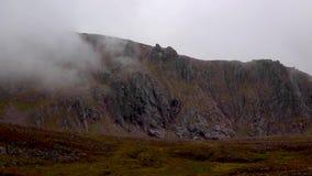 T-Sneachdarand tijdens zware wolken in augustus, rookkwartsen nationaal park, Schotland stock videobeelden