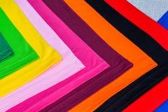 T-stukoverhemden van katoen en vezel worden gemaakt die Royalty-vrije Stock Afbeeldingen