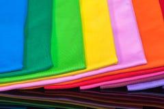 T-stukoverhemden van katoen en vezel worden gemaakt die Stock Foto