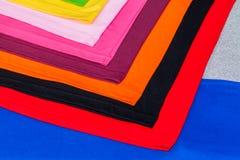 T-stukoverhemden van katoen en vezel worden gemaakt die Royalty-vrije Stock Foto