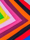 T-stukoverhemden van katoen en vezel worden gemaakt die Stock Foto's