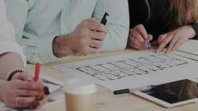 tät for för ätamatflicka upp Kompetent specialist tre att diskutera ett arkitektoniskt objekt Workflow av idérika inreformgivare arkivfilmer