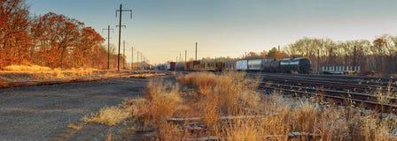 Tôt le matin sur le chemin de fer tôt d'automne Photo stock