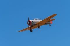 T-6 Teksaski samolot Przeciw Jasnemu niebu Fotografia Stock