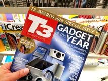 T3 tijdschrift in een hand stock afbeelding