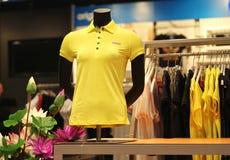 T-tröja i boutique Arkivfoton