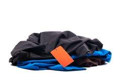 T-tröjahög med prislappen royaltyfria bilder