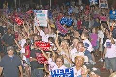 Tłum Kerry kampanii zwolennicy z znakami, Winslow, AZ zdjęcia stock