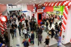 Tłum klienci w centrum handlowym Zdjęcia Royalty Free