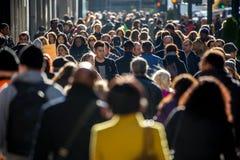 Tłum ludzie chodzi na miasto ulicie Obrazy Stock