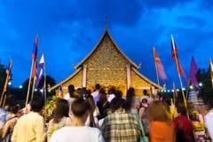 Tłum ludzie uwielbia przy Watem Chedi Luang podczas miasto filaru festiwalu Fotografia Royalty Free