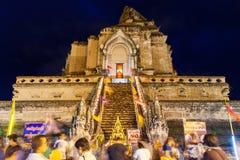 Tłum ludzie uwielbia przy Watem Chedi Luang podczas miasto filaru festiwalu Zdjęcia Stock